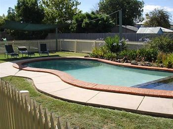 Geelong: Rose Garden Motel (sleeps up to 5 + cot)